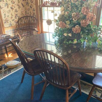 table with 6 windsor style chairs. Like new.