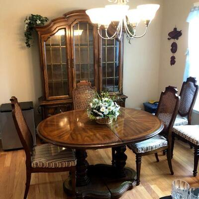 Dining room table with 2 leaves and 6 chairs