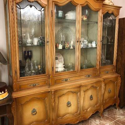 https://www.ebay.com/itm/124486705132	FL1002 French Provincial Hutch China Cabinet Estate Sale Pickup	 $850.00 	 OBO