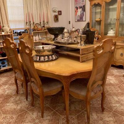 https://www.ebay.com/itm/124486629469	FL0031: Vintage French Provincial Blond Wood Table (Seats up to 10) Estate Sale Pickup Chairs Not...