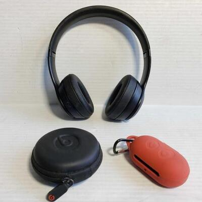 1026	 2 Ear Buds And Beats Head Phones 2 Ear Buds And Beats Head Phones OS19-042622.18
