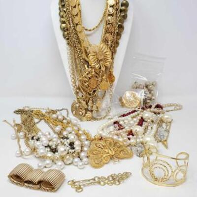 114	 Costume Jewelry Includes Bracelets, Necklaces, And Pendants