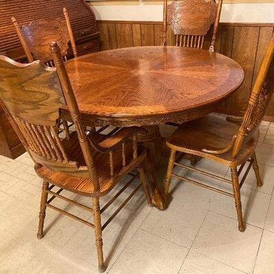 Oak Wood Table and 4 Matching Chairs 2 chairs have arms, 2 do not. Table also includes 2 foot leaf.