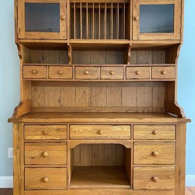 Beautiful hutch in excellent condition.