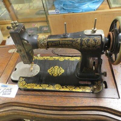 ANTIQUE WHITE FAMILY ROTARY SEWNG MACHINE