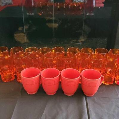 2104  18 Orange Glasses, 4 Mugs, And 2 Vases 18 Orange Glasses, 4 Mugs, And 2 Vases
