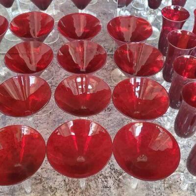 1022  16 Red Glass Martini Glasses and 10 Red Glass Campagne Glasses 16 Red Glass Martini Glasses and 10 Red Glass Campagne Glasses