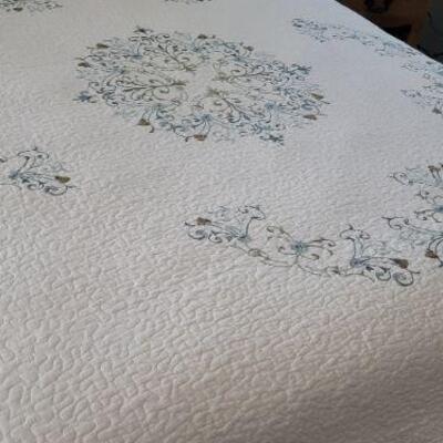 Full bed comforter detail