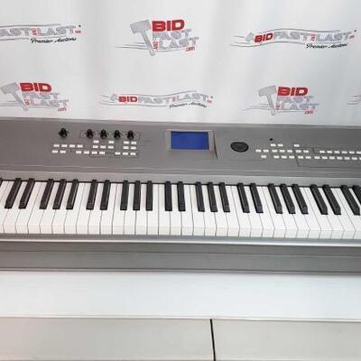 2058  Yamaha MM8 Keyboard Yamaha MM8 Keyboard
