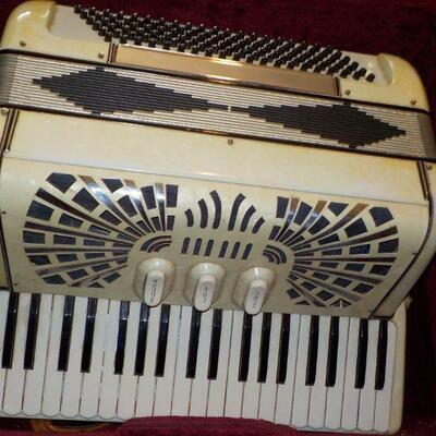 1940's Accordian made in Italy, bellows great shape.