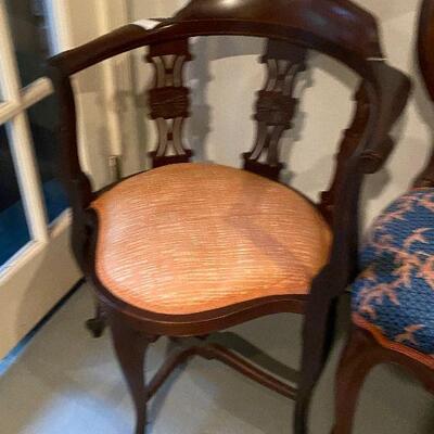 ME6007:  Antique  Corner Chair