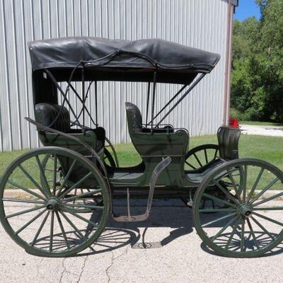 Two seat carriage, very nice condition with fills