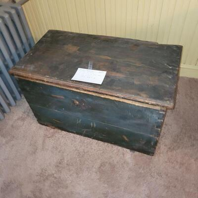 NEW ENGLAND WOODEN TRUNK BOX STAINED WITH BLUEBERRIES, 19TH CENTURY